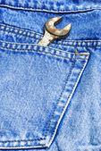 Esta es una llave en el bolsillo de los pantalones vaqueros de tela — Foto de Stock