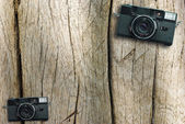 Appareil photo vintage sur une table en bois — Photo