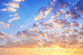 Amarillo azul cielo al atardecer con la luz del sol — Foto de Stock
