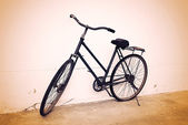 Old bicycle in invoice wall — Zdjęcie stockowe