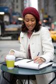 Kvinna anteckning ner anteckningar — Stockfoto