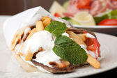 Mediterrane gyro pita wrap — Stockfoto