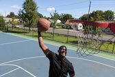 Man dunking een basketbal — Stockfoto