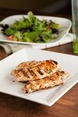Gegrilltes hähnchen und salat — Stockfoto
