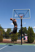 Eintunken basketballspieler — Stockfoto