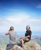 Couple on top of a mountain — Stock Photo