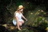 žena dotýká vody — Stock fotografie