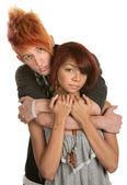 Smutné mladý pár objetí — Stock fotografie