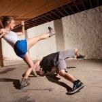 expertos de Capoeira pateando y esquivando — Foto de Stock