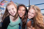 Tres amigos riendo juntos — Foto de Stock