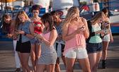 Afgeleid meisjes texting — Stockfoto