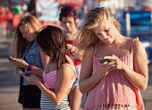 在智能手机上的严重青少年 — 图库照片