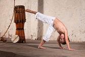 Grave capoeira jovem estudante — Foto Stock
