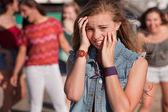 Tonåringar som skrattar åt rädd tjej — Stockfoto