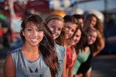 Linha de garotas bonitas no parque temático — Fotografia Stock