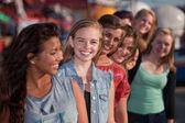 Lachende tiener meisjes in lijn — Stockfoto