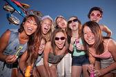 Gelukkig meisjes bij carnaval met bubbels — Stockfoto