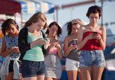 Jonge dames met behulp van hun telefoons — Stockfoto
