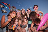 Grupp skrattar tonåring flickor — Stockfoto