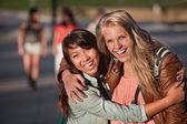 Två unga kvinnor skrattar — Stockfoto