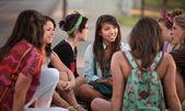 Kvinnliga studenter talar utomhus — Stockfoto
