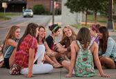 Vrouwelijke studenten zittend op de grond — Stockfoto