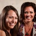 iki güzel kadın gülüyor — Stok fotoğraf