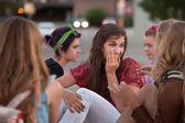 Sussurrando adolescente feminino com amigos — Fotografia Stock