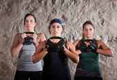 Amici facendo allenamento stile boot camp — Foto Stock