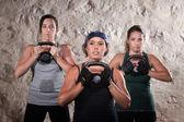 ブート キャンプ スタイルのトレーニングのケトルベルを持ち上げて女性 — ストック写真