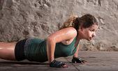 Dame doet push-ups — Stockfoto