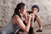 Trainer kijken atleet tijdens het kamp van de laars trainen — Stockfoto