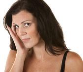 Kobieta z ręki po stronie twarzy — Zdjęcie stockowe