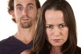 Mujer enojada y hombre inocente — Foto de Stock