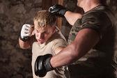 Luchador de mma esquiva un golpe — Foto de Stock