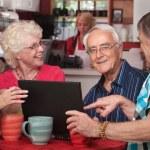 senioren met plezier met computer in café — Stockfoto