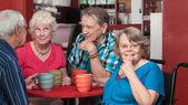 Mutlu grup yaşlılar bir bistro — Stok fotoğraf