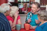 пожилых людей в разговоре — Стоковое фото