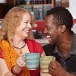 uśmiechając się, śmiejąc się para mieszana — Zdjęcie stockowe