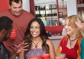 Mulher hispânica com amigos — Foto Stock