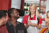 Serveerster nemen van de bestellingen in café — Stockfoto