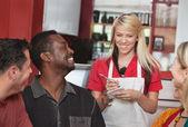 Servitris tar order på café — Stock fotografie