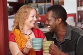 улыбаясь смешанных пару смеется — Стоковое фото