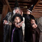Cadılar bayramı sihirbazı aile — Stok fotoğraf
