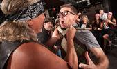ギャングのメンバーは、オタクをつかむ — ストック写真