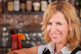 ドリンクを飲みながらのブロンドの女性 — ストック写真