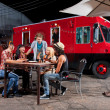 Foto Stock: Eating PizzNear Food Truck