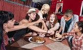 Gemengde groep op mobiele café — Stockfoto