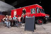 Clientes felizes no caminhão de comida — Foto Stock