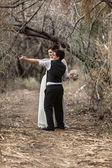 Sweethearts dansen in bos — Stockfoto